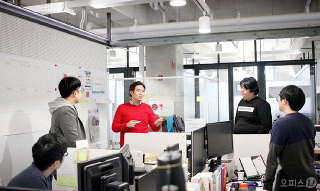 ▲ 김민철 피드백루프 대표(왼쪽 세번째)가 최근 교육,레저,농업 등 여러분야의 게임화 작업을 위해 기획팀,개발팀 직원들과 회의를 하고 있다.