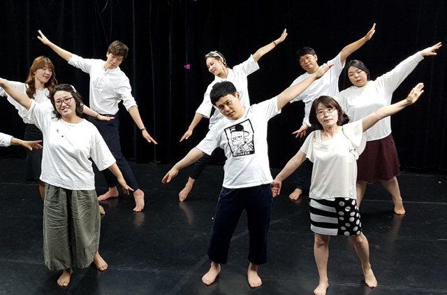 ▲ '극단도모 연극교실-나도 배우다' 회원들이 오는 15,16일 춘천 축제극장 몸짓에서 펼쳐질 뮤지컬 '인턴스' 공연을 위해 연습하고 있다.