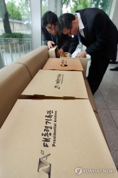 ▲ 대통령기록관으로 옮겨지는 박근혜 정부 '민정실 캐비닛 문건들'