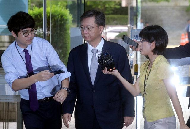 ▲ 직무유기·직권남용 등의 혐의로 기소된 우병우 전 청와대 민정수석이 17일 오전 서울중앙지법에서 열린 재판에 출석하고 있다.