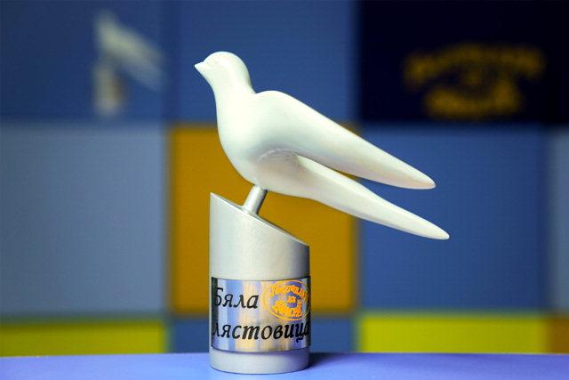 ▲ 불가리아 Nova TV '바람의 제왕' 제작진이 평화의 벽 건립위에 보내온 흰 제비 갈매기 조각상.