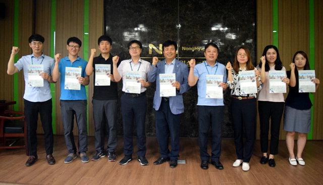 ▲ 강원인삼농협 직원들이 8일 '평화의 벽·통합의 문' 건립에 동참하는 메시지를 작성했다.