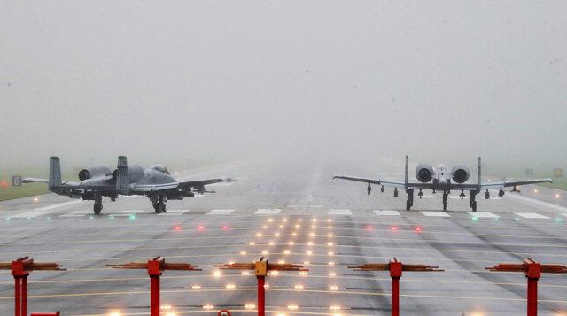 ▲ 이륙 준비하는 A-10 공격기   북한이 미군 기지가 있는 괌을 포위 사격하는 방안을 검토하고 있다고 밝히는 등 긴장이 고조되고 있는 10일 경기도 평택시 주한미군 오산공군기지에서 A-10 공격기가 이륙을 준비하고 있다. 연합뉴스