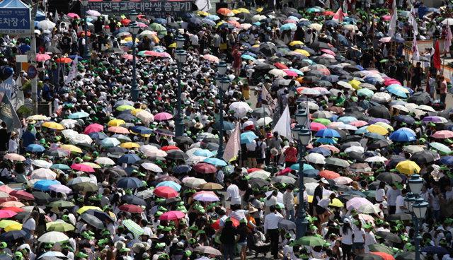 ▲ 11일 오후 서울역 광장에서 공교육 정상화를 촉구하는 전국교육대학생 총궐기 대회가 열리고 있다. 집회에 참석한 학생들이 따가운 햇볕을 피하고자 우산과 모자를 쓰고 있다.