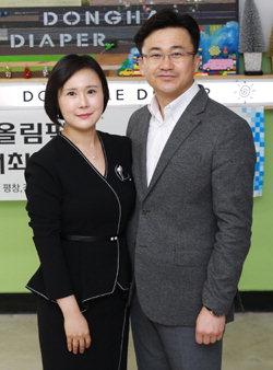 ▲ 김동욱(사진 오른쪽) 동해다이퍼 대표와 동해다이퍼 유통기업인 은성이스트씨 여승연 대표.