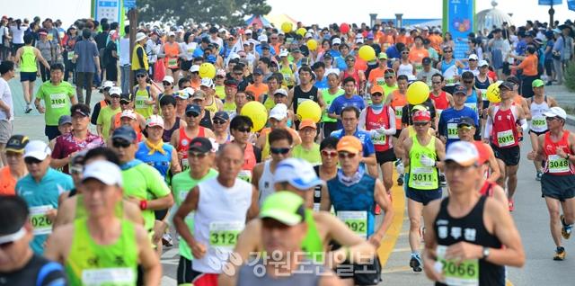 ▲ 강릉 경포해변에서 열린 2017 강릉 경포 스마일마라톤대회에서 5000여명의 참가자들이 출발하고 있다.  서영