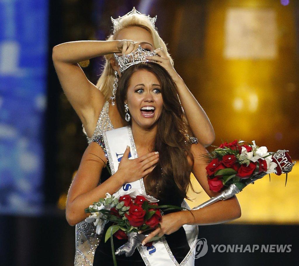 10일(현지시간) 미국 뉴저지주 애틀랜틱시티에서 열린 '2018 미스 아메리카' 선발대회에서 우승을 차지한 미스 노스다코타 출신의 카라 문드가 왕관을 받아 쓰며 놀라는 표정을 짓고 있다.
