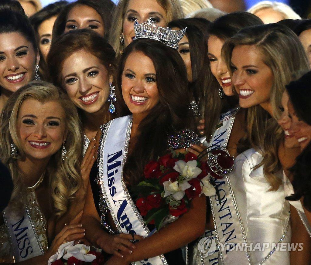 ▲ 10일(현지시간) 미국 뉴저지주 애틀랜틱시티에서 열린 '2018 미스 아메리카' 선발대회에서 우승 왕관을 차지한 카라 문드(가운데)가 다른 참가자들과 함께 포즈를 취하며 활짝 웃고 있다.