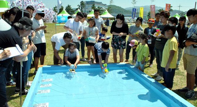 ▲ 이사부 전함 제작 경주대회에서 참가자들이 직접 만든 전함을 띄우고 있다.