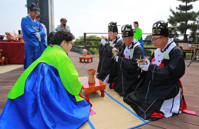 ▲ 이사부 독도축제의 시작을 알리는 이사부 장군의 넋을 기리는 숭모제.