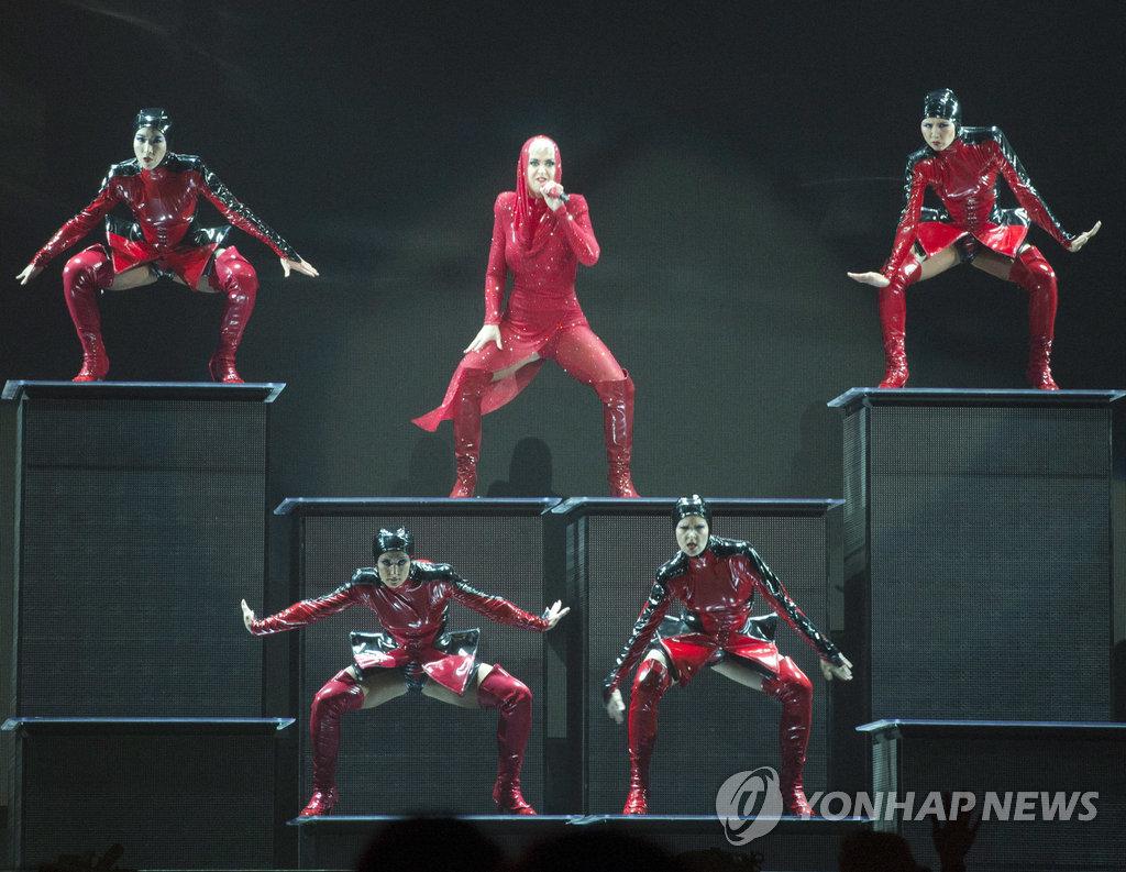 ▲ 팝스타 케이티 페리가 19일(현지시간) 캐나다 몬트리올에서 월드투어 '위트니스: 더 투어'의 첫 무대를 선보이고 있다.