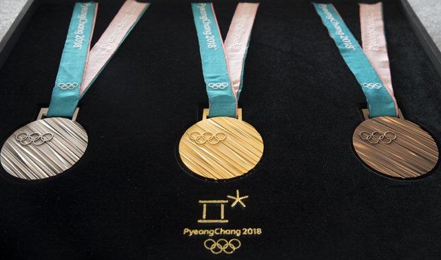 ▲ 21일 오전 서울 중구 동대문디자인플라자에서 열린 평창올림픽 메달 공개행사에서 메달이 진열돼 있다.▶관련기사 8면