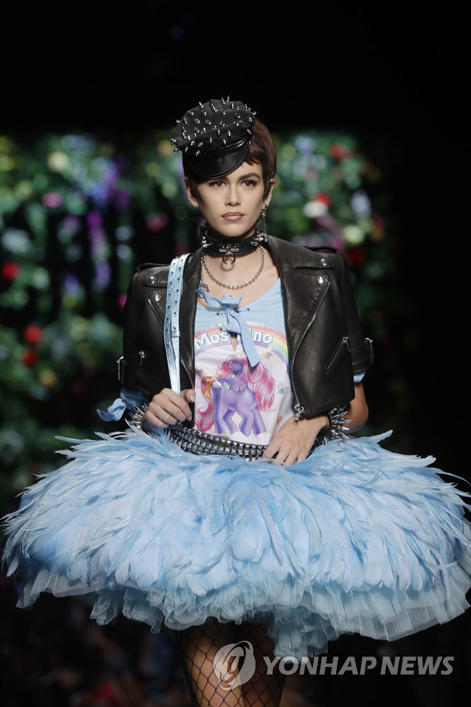 ▲ 21일(현지시간) 이탈리아 밀라노에서 열린 2018 봄/여름 여성복 패션쇼에서 한 모델이 패션브랜드 모스키노의 의상을 선보이고 있다.