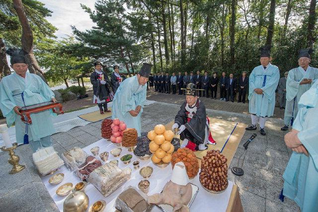 ▲ 제35회 고성군민의 날 및 수성문화제가 22일 오전 수성제단에서의 수성제례를 시작으로 막이 올라 23일까지 이어진다.