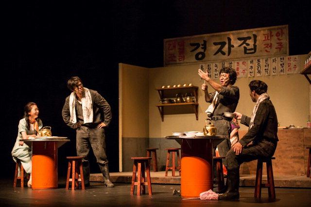▲ 강원도 탄광 지역의 역사를 그린 도립극단의 연극 '아버지 이가 하얗다'가 지난 21일 정선아리랑센터에서 펼쳐졌다.