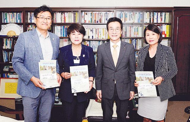 ▲ 김미영 인구보건복지협회 강원지회장과 직원들이 '평화의 벽·통합의 문' 캠페인에 동참했다.