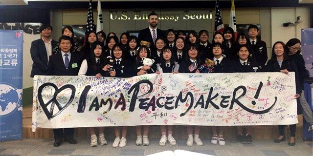 ▲ 평창 진부중 학생들은 11일 2018 평창동계올림픽·패럴림픽 참가국 대사관과 자매결연 일환으로 주한 미국 대사관을 방문,평화올림픽 기원 메시지를 전달했다.