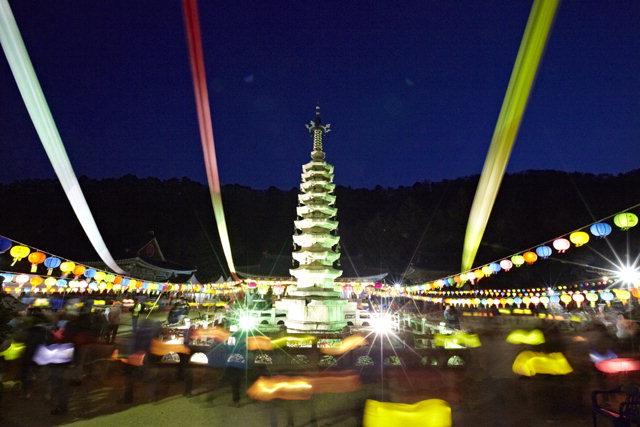 ▲ '월정사 산사문화재'가 오는 13일부터 월정사 일원에서 열린다.사진은 지난 5월 부처님오신날에 거행된 월정사 탑돌이.