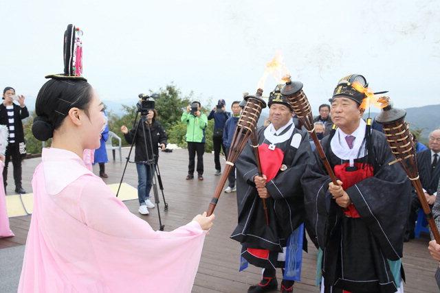 ▲ 철원군민의 화합의 축제인 '제35회 태봉제'가 12일 소이산 정상에서 열린 태봉제례를 시작으로 사흘간의 일정에 들어갔다.