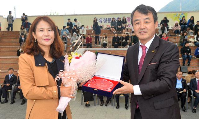 ▲ 박종훈 춘천부시장이 시부문 안광숙 수상자에게 시상하고 있다.