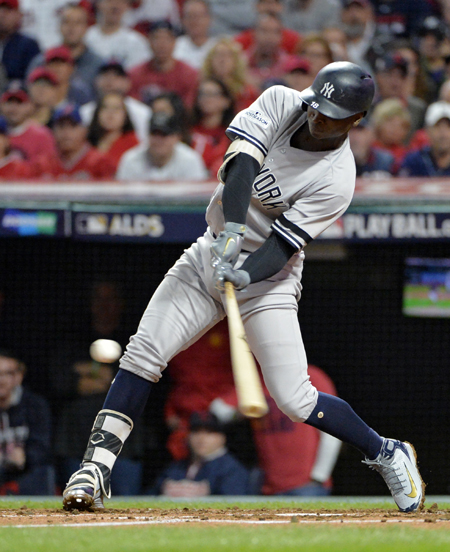 ▲ 11일(현지시간) 미국 오하이오주 클리블랜드에서 열린 미국프로야구 아메리칸리그 디비전시리즈(ALDS) 뉴욕 양키스와 클리블랜드 인디언스의 경기에서 양키스의 디디 그레고리우스가 3회초 2타점 홈런을 치고 있다.