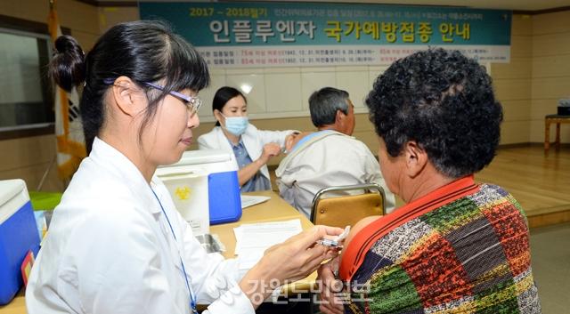 ▲ 인플루엔자 국가예방접종 지원 사업에 따라 65세 이상 어르신들이 춘천보건소에서 무료예방 접종을 받고 있다.  김명준
