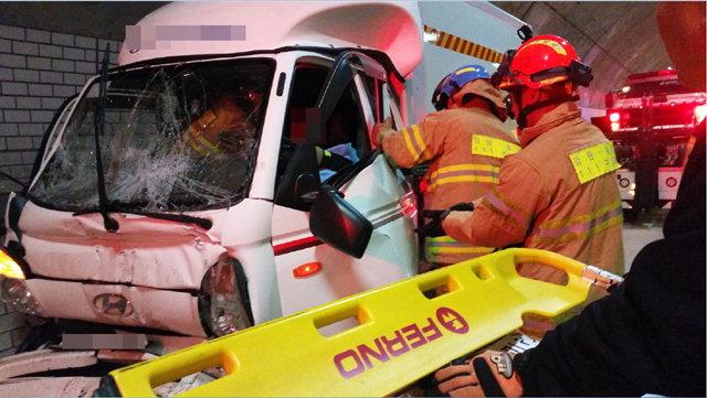 ▲ 19일 오전 7시36분쯤 횡성군 전재터널에서 화물차와 포클레인이 추돌하는 사고가 발생, 긴급 출동한 소방대원들이 구조작업을 벌이고 있다.