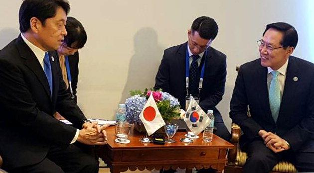 ▲ 송영무 국방부 장관(사진 오른쪽)과 오노데라 이쓰노리 일본 방위상이 23일(현지시간) 필리핀 클라크 아세안 컨벤션 센터에서 회담하고 있다.
