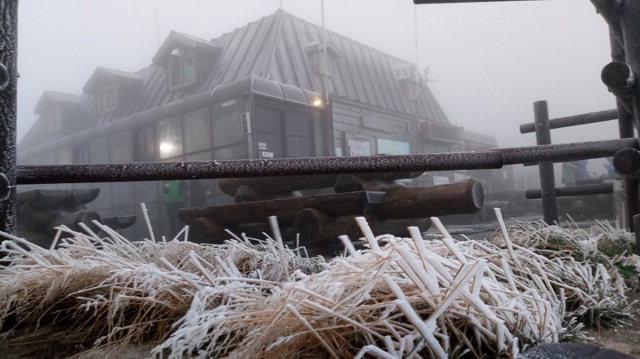 ▲ 23일 오전 설악산 중청·소청 대피소 등 고지대 일원에서 올해 첫 상고대가 관측됐다.관측 당시 중청대피소는 기온 1.5℃·풍속 6㎧,소청대피소는 기온 -1℃·풍속 3~4㎧를 기록했다. 사진제공=설악산국립공원사무소
