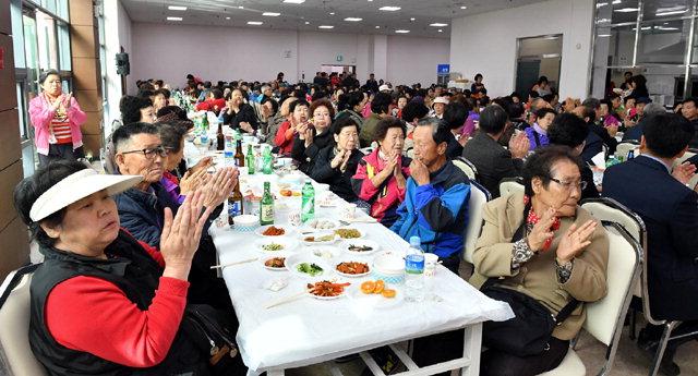 ▲ 정선 정암사(주지 천웅) 신도회는 25일 고한읍복지회관에서 지역 노인 500여명을 초청해 경로잔치를 열었다.