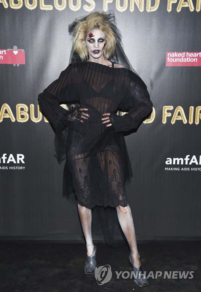 ▲ Model Anja Rubik attends the Fabulous Fund Fair, hosted by the Naked Heart Foundation and amfAR, at Skylight Clarkson North on Saturday, Oct. 28, 2017, in New York. (Photo by Evan Agostini/Invision/AP)