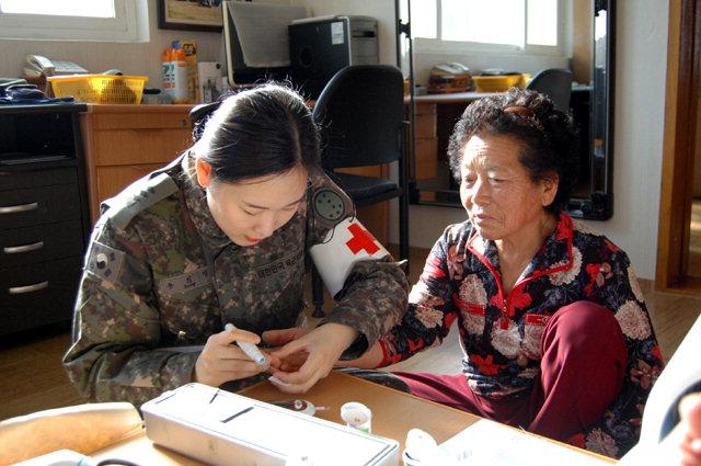 ▲ 육군7사단 연승연대 의료봉사팀이 지역 마을회관을 방문해 어르신들을 대상으로 의료봉사를 실시했다.