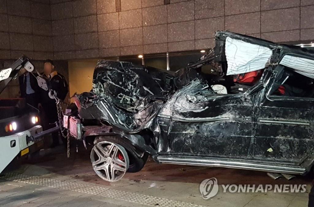▲ 배우 김주혁씨의 차량이 전복된 서울 강남구 삼성동 영동대로 인근에서 관계자들이 사고 현장을 정리하고 있다