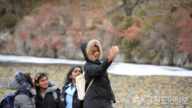 ▲ 춘천지역에 눈이 내린 20일 강원대 캠퍼스에서 외국유학생들이 사진을 찍으며 즐거워 하고 있다.  박상동