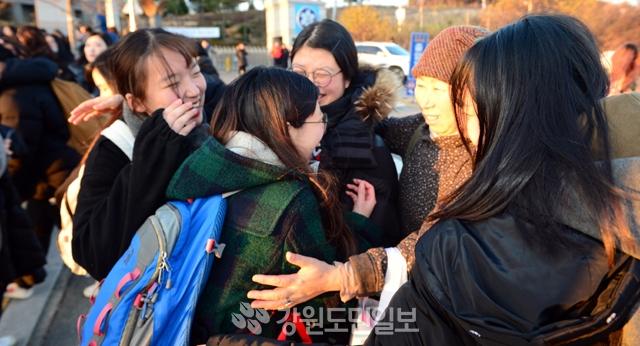 ▲ 끝났다   23일 춘천여고에서 2018학년도 대학수학능력시험을 마친 수험생들이 정문앞에서 기다리던 가족들과 포옹하며 기뻐하고 있다.  박상동