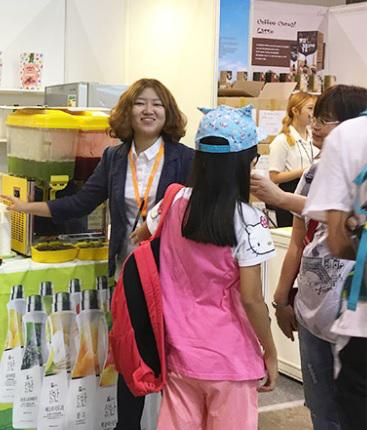 ▲ 웰파인이 지난 8월 홍콩에서 열린 2017홍콩푸드엑스포에 참가해 '더진한' 등 각종 브랜드 음료를 선보였다.