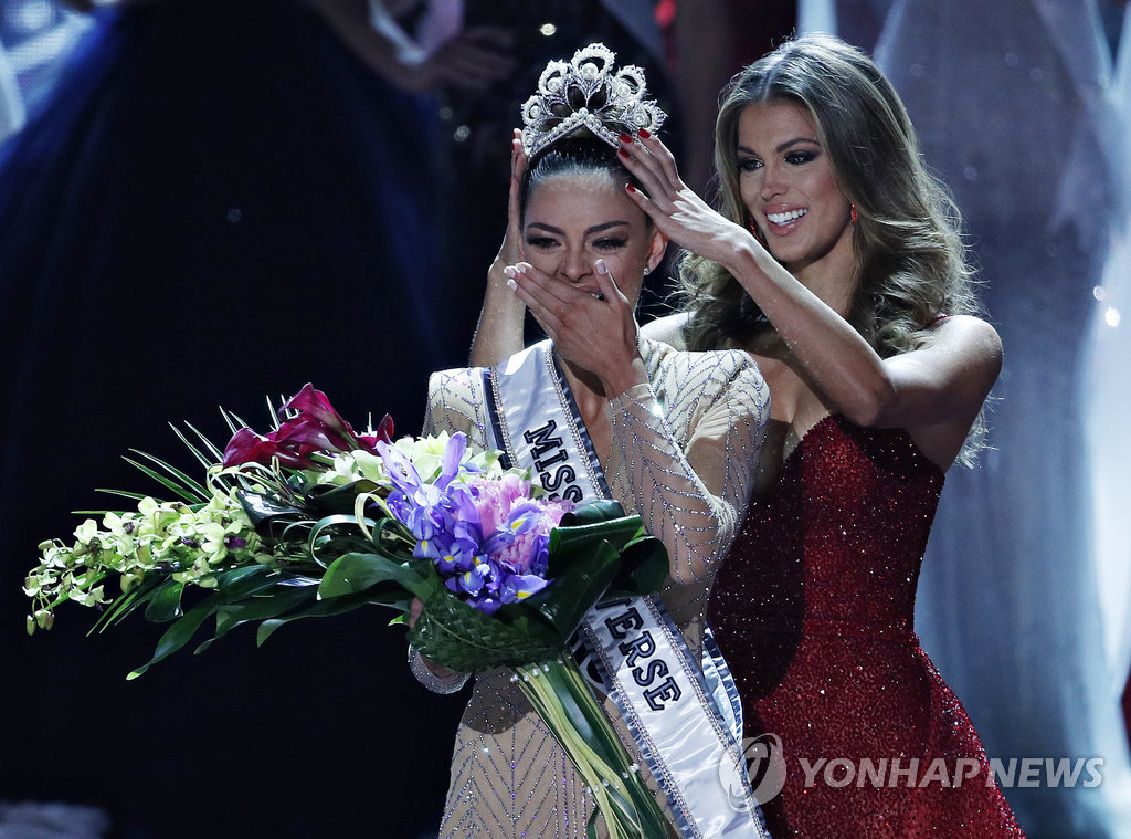 ▲ Former Miss Universe Iris Mittenaere, right, crowns new Miss Universe Demi-Leigh Nel-Peters at the Miss Universe pageant Sunday, Nov. 26, 2017, in Las Vegas. (AP Photo/John Locher)