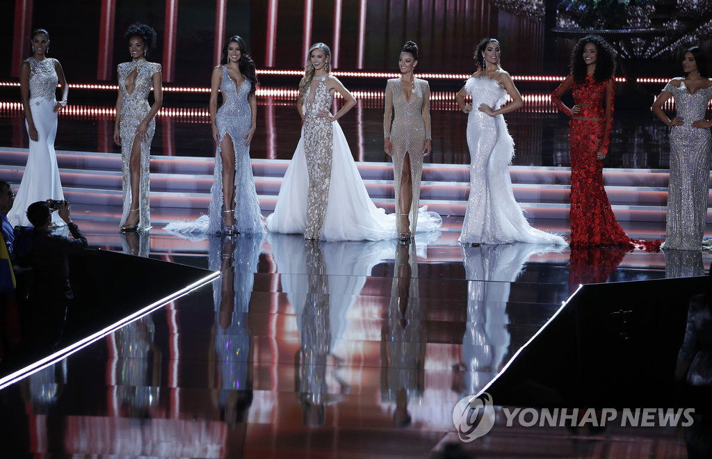 ▲ Contestants stand on stage during the Miss Universe pageant Sunday, Nov. 26, 2017, in Las Vegas. (AP Photo/John Locher)