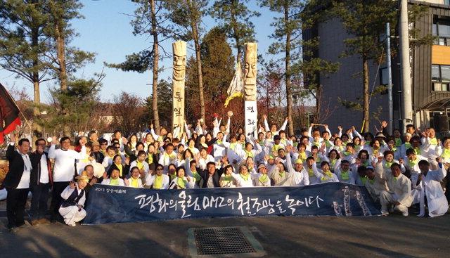 ▲ 강원민예총(이사장 김흥우)은 최근 평창 효석광장에서 '평화의 벽·통합의 문' 건립 캠페인에 참여했다.
