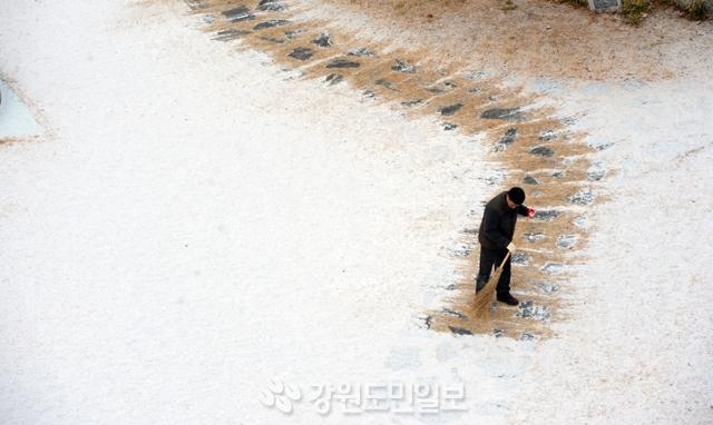 ▲ 영서중남부 지역으로 밤새 내린 눈이  쌓이자  6일 한림성심대학교 직원이 아침 일찍 눈을 치우고 있다.  박상동