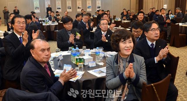 ▲ 6일 춘천 스카이컨벤션센터에서열린 제21회 중소기업대상 시상식에서 참석자들이 박수를 치고 있다.  정일구
