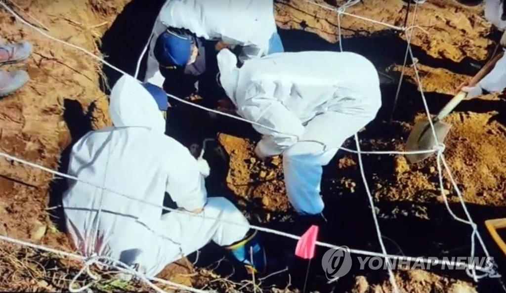 ▲ 지난달 29일 경찰이 피의자가 지목한 생매장 장소를 발굴하고 있다.