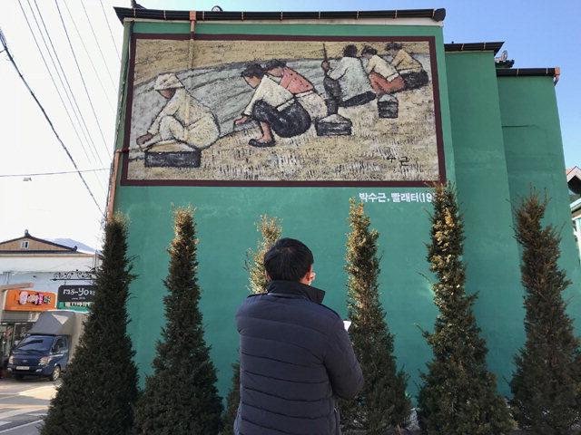 ▲ 양구를 대표하는 박수근 화백의 작품이 벽화로 재탄생해 새로운 볼거리를 제공하고 있다.