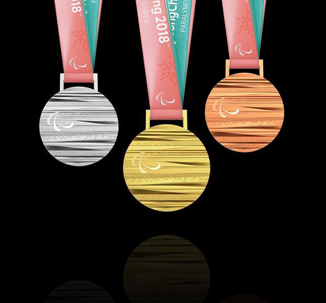 ▲ 한글과 평창의 아름다운 자연을 모티브로 한 2018 평창 동계 패럴림픽대회 메달이 11일 공개됐다.지름 92.5㎜,두께 최소 4.4㎜~최대 9.42㎜ 규격인 메달의 앞면은 패럴림픽 엠블럼 아지토스와 함께 패럴림픽 규정에 따라 대회명 2018 평창(PyeongChang 2018)을 점자로 새겨 넣었다. 또 개최도시 평창의 구름과 산,나무,바람을 각각 패턴화 해 촉감으로도 평창의 자연을 느낄 수 있도록 했다.