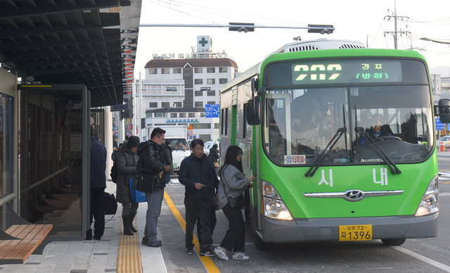 ▲ 평창동계올림픽 강릉 주차장 인근에서 시민들이 버스를 타는 모습.평창올림픽 기간 관중들은 버스를 통해 경기장을 이동할 수 있다. 정일구