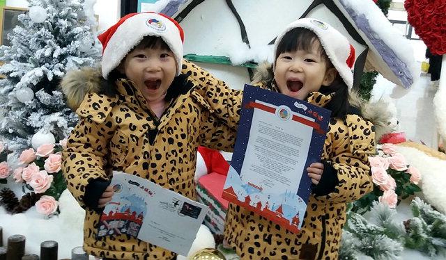 ▲ 핀란드 산타의 답장을 받은 화천의 어린이들이 즐거워하고 있다.