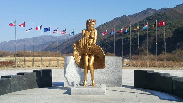 ▲ 소양강 인제지구 하천환경정비사업으로 설치된 마릴린 먼로 동상.