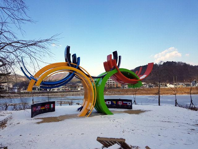 ▲ 평창동계올림픽을 앞두고 평창읍지역에 조성한 평창 문화올림픽 명품거리 조성사업이 최근 마무리됐다.사진은 남산데크 상부에 조성한 개최국 파크.