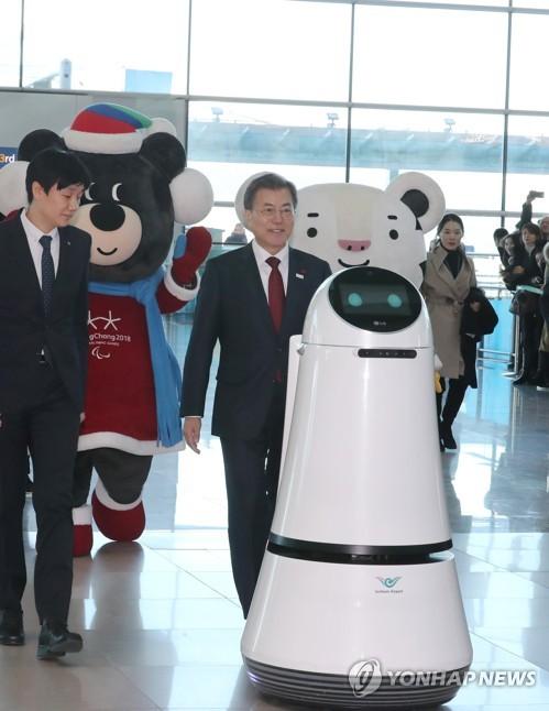 ▲ 문재인 대통령이 12일 오후 인천국제공항 제2터미널 개장식에서 인천공항 안내로봇과 입장하고 있다.