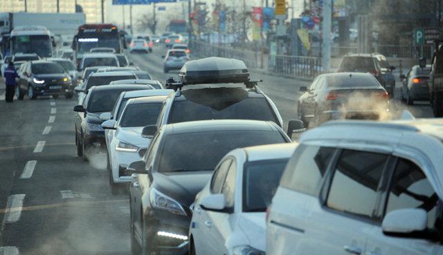 ▲ 동계올림픽 G-30불꽃축제로 12일 소양강스카이워크 앞 삼거리에서 근화동 평화공원 구간 차량이 통제돼 출근길 차량운전자들이 큰 불편을 겪었다.